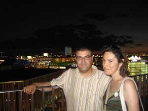 Mi amigo Salva y yo de noche en la Expo